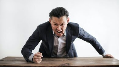 15 Signs of a Toxic Boss & How to Deal with Them